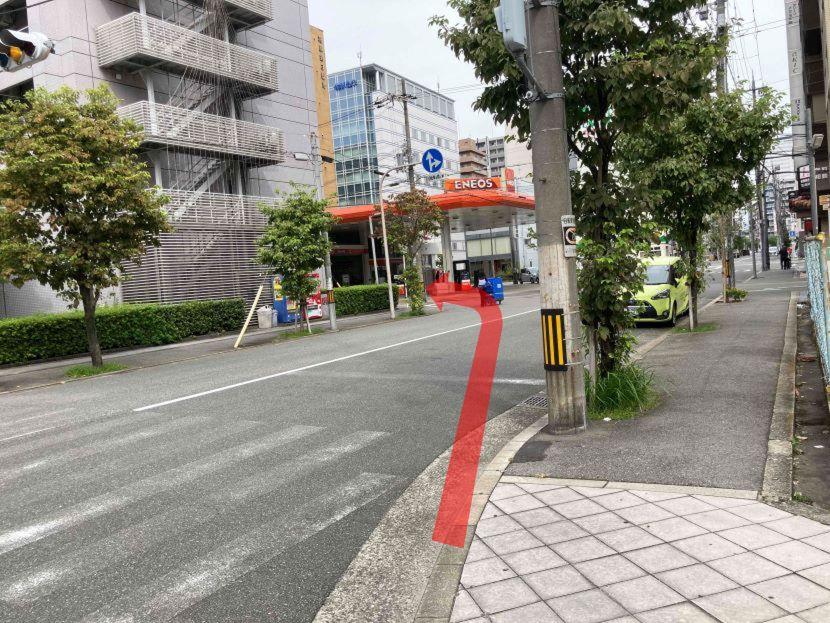 左に曲がります